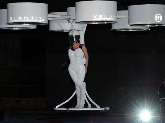 lady-gaga-volantis-flying-dress-1-537x402